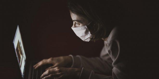 Pandemia koronawirusa i plaga phishingu. Telekonferencje z komisariatem. Co zrobić w przypadku włamania do Twojego telefonu Zoom, luki